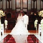 ROSA FELICE(ローザフェリーチェ):真紅のバラのバージンロードに純白のドレス姿が美しく映えるロマンチックな誓い。母親へ感謝を伝える演出も