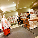 浦安ブライトンホテル東京ベイ:縁結びの神様として有名な「東京大神宮」の神様を祀る神殿。巫女の舞や誓詞奏上、折鶴シャワーも新鮮な感動