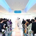 ホテルニューオータニ大阪:季節によって表情が変わる抜群のロケーションを誇るチャペル。降り注ぐ光の祝福が、祭壇のふたりを輝かせた