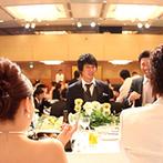 リーガロイヤルホテル京都:天井が高く開放的な、ホテルならではの大空間で82名をおもてなし。上質な和洋折衷料理やデザートが好評