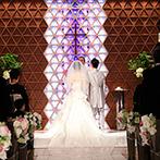 リーガロイヤルホテル京都:四季をイメージした鮮やかな光が魅力的なチャペルでの誓い。ダイナミックな聖歌隊の歌声が挙式に華を添えた