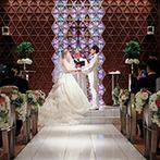 リーガロイヤルホテル京都:幻想的な光に彩られた神聖なチャペルで誓う永遠の約束。聖歌隊の美しい歌声が挙式に華を添えた感動のひと時