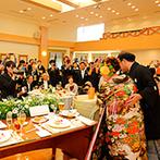 アルシオーネ・コート佐野:和装も似合うあたたかな雰囲気のバンケットで会話を楽しむひと時。オリジナル料理がゲストにも大好評