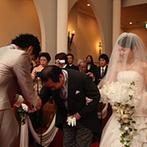OSAKA St.BATH CHURCH(大阪セントバース教会):多くのカップルを見守ってきたステンドグラスの輝きに導かれて、一生心に刻まれる厳かな誓いのシーンに