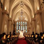 OSAKA St.BATH CHURCH(大阪セントバース教会):憧れの赤絨毯のバージンロードに一目惚れ。パーティ会場もアンティーク好きなふたりのイメージにピッタリ