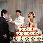 ベルヴィ宇都宮:新郎のサッカーチームにちなんだ「黒」と「赤」の会場に、サッカーをデザインしたケーキでオリジナリティを