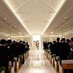 ハイアット リージェンシー 東京:スワロフスキー・エレメントが輝く純白のチャペル。ゲストに見守られ、幸せをかみしめた至福のとき