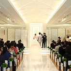 ハイアット リージェンシー 東京:スワロフスキー・エレメントの輝きが純白の空間に満ち、新婦を引き立てるチャペルで感動のセレモニー