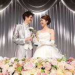 ハイアット リージェンシー 東京:高級感のあるバンケットに、明るさと可愛らしさを装花でプラス。選び抜いたドレスがもっとも映える空間に!