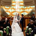 ウェスティンホテル東京:イエローオニキスの祭壇やパイプオルガンの重厚な音色など、荘厳な雰囲気が漂う正統派のセレモニー