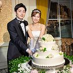 ウェスティンホテル東京:趣ある調度品や花に囲まれた披露宴会場。BGMはどの世代も楽しめるクラシックと流行の洋楽をセレクト