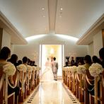 コートヤード・マリオット 銀座東武ホテル:真っ白なチャペルに響きわたる、名曲の生演奏が感動的。スタッフの親身な配慮でゲストも安心して参列できた