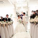 アプローズスクエア東京:花嫁姿をさらに引き立てる真っ白な空間で、思い出に残る挙式。両家両親と握手を交わす演出が胸に沁みた