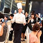 アプローズスクエア東京:ふたりが中座中に仕掛けたサプライズで、会場は大盛り上がり!迫力あるシェフズバーや新郎の格好も話題に