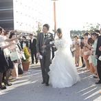 ウエディングヒル 東京ベイ幕張:自然光が降り注ぐ、オーシャンビューのチャペル。大切な人たちからの祝福で、幸せが胸いっぱいに広がった