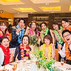 THE VILLAS 福岡(ザ ヴィラズ):ビーチを思わせる装花で、夏らしく爽やかなバンケットに。フォトサービスは、レイをつけてアロハのポーズ!
