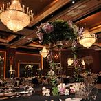グランド ハイアット 福岡:フローリストの技とセンスは、さすがプロ。高い天井にシャンデリアが煌く優雅な空間に映えた装花