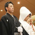 グランド ハイアット 福岡:博多に根付く櫛田神社のご神体が祀られたホテル内の神殿。雅楽の音色に包まれた神前式はゲストの目にも新鮮