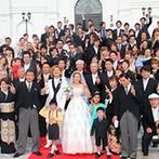 マリアージュ下関:優雅なゲートが出迎える、真っ白なチャペルに心惹かれたふたり。大勢のゲストや家族に感謝を伝える結婚式に