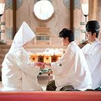 神宮会館:伝統にのっとった神宮での神前式で晴れて夫婦に。厳粛な挙式の後は、多くの人からの祝福の声にふたりも笑顔