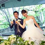 ザ・ヒルサイド神戸:鮮やかな新緑が馴染む、上質さを纏った大人のパーティ空間。色とりどりの料理が花のように咲き誇った