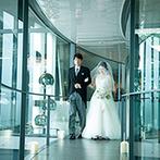 ザ・ヒルサイド神戸:ガラスの空中回廊を父と歩んでチャペルへ。ゲスト参加型の人前式で誓いを交わし、この上ない幸せを感じた