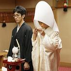 ホテルニューグランド:ホテル内神殿で親族16名が参列しての厳かな神前式。龍笛や笙の生演奏で、和の心を感じる本格的な儀式に