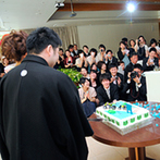 ヴァンレーヴ大分フォレストテラス:バイクやカエルのグッズで、ふたりらしさを表現したパーティ会場。思い出の角島をデザインしたケーキも登場