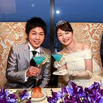 オークラアクトシティホテル浜松:思い出の星空デートをテーマにした、夜のレストランウエディング。夜景を眺め、ブルー×星のカクテルで乾杯