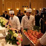 HANA CLUB 華王殿:大勢のゲストがゆったりと寛ぐパーティ会場。新鮮な状態で振る舞われた絶品料理で至福のひと時をプレゼント