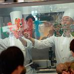 華王殿:リゾートムードが広がる会場ではショッキングピンクをアクセントに。オープンキッチンの演出や料理も好評!