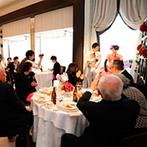 HANA CLUB 華王殿:お色直しはピンクの和柄ドレスで!テーブルフォトや温かな祝福の歌、ブーケトスでなごやかな披露宴になった