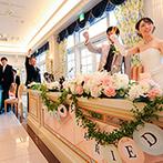 HANA CLUB 華王殿:春を感じさせるコーディネートはオフホワイトの会場にぴったり。豪華なおもてなしにゲストの笑顔が広がった