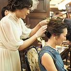 広島グランドインテリジェントホテル:たくさんのレコードが置かれた待合室は、理想の自宅のよう。新婦自らがゲストにヘアアレンジのサービスも