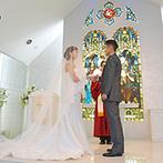 福山ニューキャッスルホテル:ステンドグラスの光に包まれ、愛を誓った神聖な挙式。厳かなセレモニーの後はガーデンでゲストからの祝福!