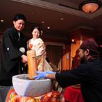 浮月楼:ケーキ入刀の代わりの演出は、ゲストを巻き込んで大盛り上がり。全員参加のキャンドル演出もロマンチックに