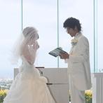 杉乃井ホテル&リゾート(SUGINOI Hotel&Resort):祭壇奥に広がる海と空…迫力満点の絶景がふたりを祝福。リハーサルでの新郎からのサプライズに新婦は感激!