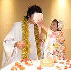スギノイ ホテル&リゾート(SUGINOI Hotel&Resort):輝くシャンデリアが贅沢なひと時へと誘うバンケット。ビッグしゃもじでのファーストバイトでふたりらしく