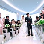 スギノイ ホテル&リゾート(SUGINOI Hotel&Resort):純白のチャペルで叶えた教会式。会場初のチャペル内でのムービー上映が、ゲストの心に残るシーンとなった