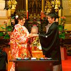 スタイリッシュウェディング ヴィーナスコート 長野:凛々しい紋付き袴と雅やかな色打掛に包まれて、参道を歩む新郎新婦。伝統の儀式での誓いが胸に刻まれた