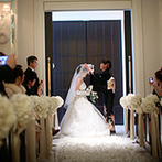 アーヴェリール迎賓館 岡山:幻想的な空間で輝く純白の花嫁姿と、バージンロードの花びら。大切な思い出を映すチャペルムービーも感動的