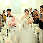 アーヴェリール迎賓館 岡山:ピンクの幸せに染まる純白のチャペルに愛娘も登場。和やかな雰囲気の中で誓った後は、晴れやかな笑顔で退場