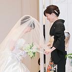 Recent Culture Hotel(リーセントカルチャーホテル):新婦と両親の想いが宿るシーンも引き立ててくれた純白のチャペル。射し込む自然光が花嫁姿を輝かせた