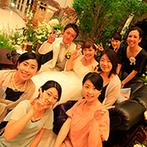 ララシャンス迎賓館:階段付の開放的な会場を、海外ウエディングのようにセンスが光る空間にアレンジ。幸せな笑顔が輝くパーティ