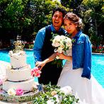 アニバーサリークラブ フラワーガーデン:陽光がきらめくプールサイドでケーキカット。『海カフェ+ガーデン』でリゾートムード満点のパーティ演出に
