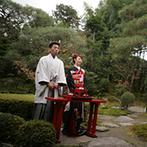 桜鶴苑(おうかくえん):趣ある日本庭園での人前式。紅葉をバックに黒引き振袖が映える。和やかなふたりの表情が印象的な挙式に