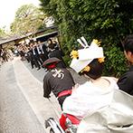 桜鶴苑(おうかくえん):格式ある平安神宮で厳粛にとり行われた神前式。披露宴の舞台までは、両家両親とともに人力車で街を散策