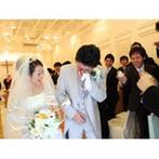 神戸北野 ル・ヴァン ヴェール:笑顔が素敵な外国人牧師の存在で、新婦はリラックス。涙ぐむ新婦友人を目にした新郎は、思わずもらい泣き