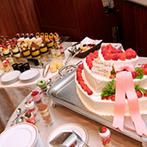 ホテルニュープラザ KURUME:新婦こだわりの装花は、いつまでも輝き続けるプリザーブド。料理やデザートビュッフェでゲストをおもてなし