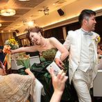 アイトワ:ゲストへ、新婦へ、サプライズ満載のひと時に会場中に笑顔が広がった。全員との記念写真はふたりの宝物